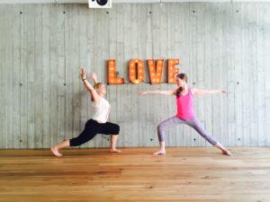 Yoga im Kubatzki in St. Peter Ording. Foto: Lilian Güntsche & Chérine De Bruijn